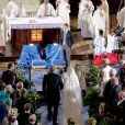 Claire Lademacher est conduite jusqu'à l'autel par son père en la basilique Sainte Marie-Madeleine de Saint-Maximin-la-Sainte-Baume dans le Var, samedi 21 septembre 2013.
