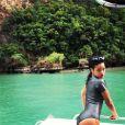 Rihanna découvre la Thaïlande au cours d'une balade en bateau.