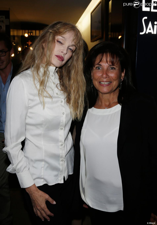 Arielle Dombasle et Anne Sinclair lors de la première du film Opium au cinéma Le Saint-Germain à Paris, le 27 septembre 2013.