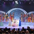La superbe Marine Lorphelin, première dauphine de Miss Monde 2013, se tient auprès de Megan Young, Miss Monde 2013, et la deuxième dauphine, Miss Ghana, lors de l'élection Miss Monde 2013 à Bali le 28 septembre 2013