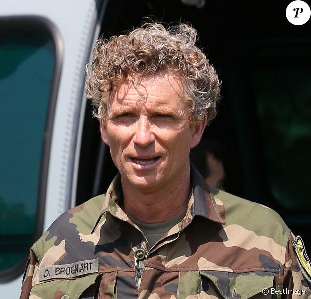 Denis Brogniart, souriant, a participé à un exercice de sauvetage aux côtés de commandos de l'armée de l'air juste après le défilé du 14 juillet sur la place des Invalides à Paris, en descendant en corde lisse d'un hélicoptère