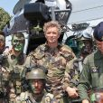 Denis Brogniart, souriant, a participé à un exercice de sauvetage aux côtés de commandos de l'armée de l'air juste après le défilé du 14 juillet sur la place des Invalides à Paris.