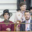 Le prince Frederik et la princesse Mary (derrière eux, la princesse Benedikte) lors de la séance inaugurale du Parlement. La reine Margrethe II de Danemark, le prince Henrik, le prince Frederik et la princesse Mary, le prince Joachim et la princesse Marie, et la princesse Benedikte assistaient le 1er octobre 2013 à l'inauguration du Parlement au palais Christiansborg à Copenhague.