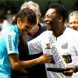 Pelé et son successeur désigné Neymar lors des 100 ans du club de Santos au stade Vila Belmiro le 14 avril 2012