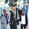 Madonna et ses enfants Mercy et David quittent Londres pour New York, le 3 septembre 2013.