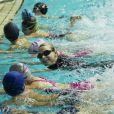 La princesse Charlene de Monaco donnait une leçon de natation à des enfants russes le 5 octobre 2013 au bassin olympique de Moscou, à l'occasion de sa visite officielle avec le prince Albert II.