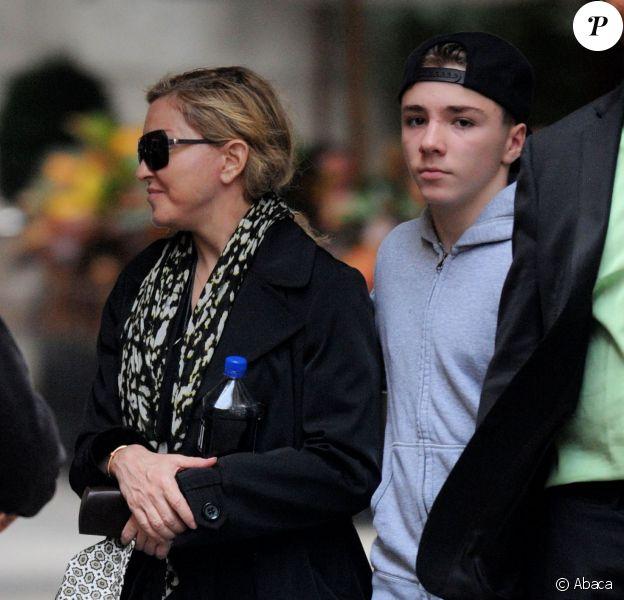 Madonna et son fils Rocco à la sortie de Centre de la Kabbale à New York, le 5 octobre 2013.