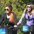 Lindsay Lohan et sa maman Dina se promènent à velo dans les rues de New York. Le 8 octobre 2013.