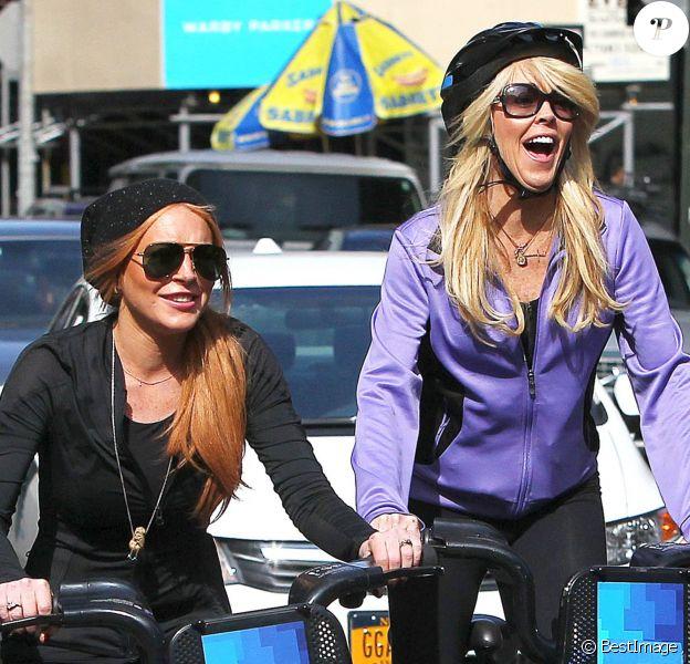 Lindsay Lohan et sa mère Dina se promènent à velo dans les rues de New York. Le 8 octobre 2013.