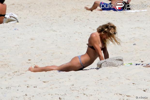 Alice Dellal profite de la plage à Rio le 10 octobre 2013