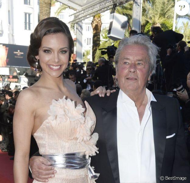Alain Delon et Marine Lorphelin, Miss France 2013, montent les marches du Festival de Cannes pour la cérémonie de clôture, le dimanche 26 mai 2013.