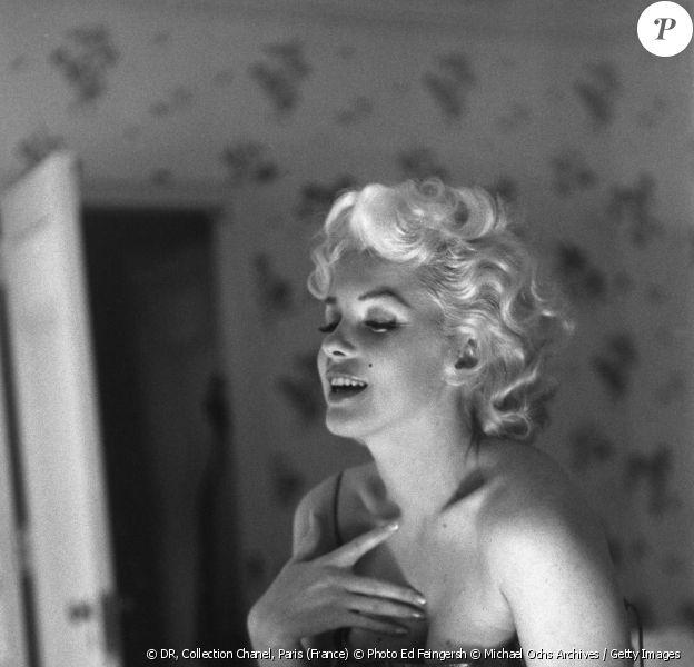 """Marilyn Monroe se parfumant, lors d'une séance de photographie avant la première de la pièce de théatre """"Une chatte sur un toit brûlant"""" de Tenessee Williams, 1955 Ed Feingersh"""