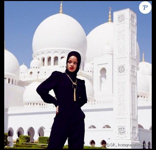 Rihanna a pris la pose devant la grande mosquée cheikh Zayed d'Abou Dhabi, le 20 octobre 2013.
