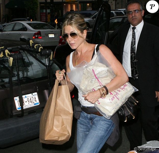 Jennifer Aniston revient de ses emplettes dans un magasin de décoration d'intérieur, en septembre 2011