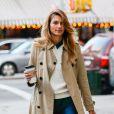 Jessica Hart, mannequin preppy dans les rues de New York avec un indémodable trench-coat Burberry. Le 22 octobre 2013.