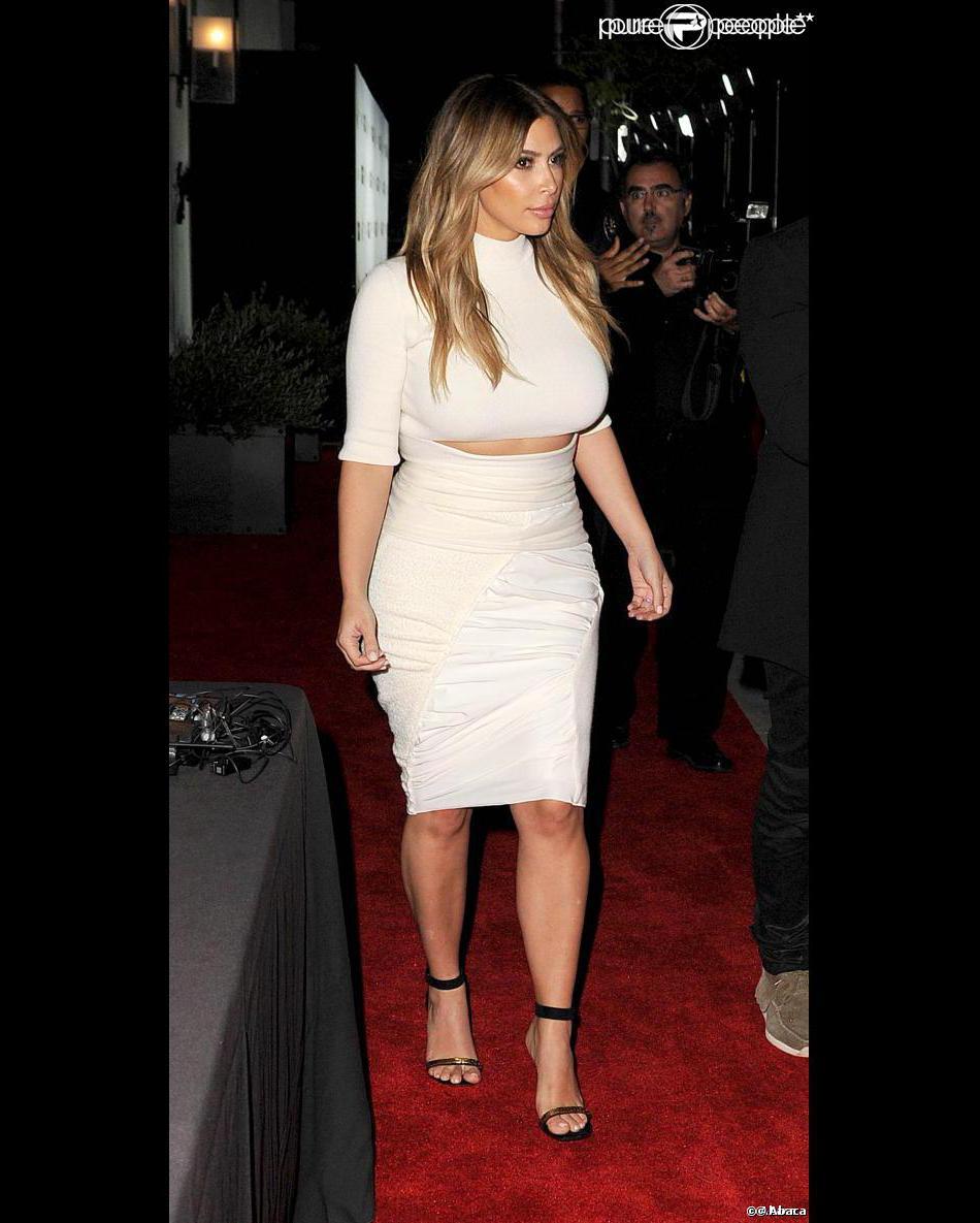 Kim Kardashian quitte le restaurant Spago à Beverly Hills, habillée d'un ensemble crème Nina Ricci. Los Angeles, le 24 octobre 2013.