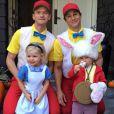 Neil Patrick Harris et son conjoint David Burtka prennent la pose avec leurs enfants Gideon Scott et Harper Grace dans leurs costumes d'halloween.