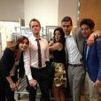 Neil Patrick pose avec ses camarades de How I Met Your Mother : Alyson Hannigan, Jason Segel, Cobie Smulders et Josh Radnor.