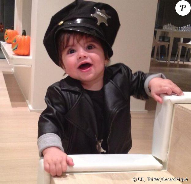 Milan Piqué Mebarak, fils de Shakira et de Gerard Piqué, en petit policier pour son premier Halloween, le 31 octobre 2013.