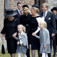 La princesse Beatrix des Pays-Bas et la princesse Mabel d'Orange-Nassau, veuve portant une manche blanche faite à partir de sa robe de mariée Viktor and Rolf, ouvraient le cortège endeuillé avec les comtesses Luana et Zaria (un bras dans le plâtre), suivie par le roi Willem-Alexander et la reine Maxima ainsi que le prince Constantijn et la princesse Laurentien... Famille royale, amis et collègues honoraient la commémoration solennelle du prince Friso d'Orange-Nassau, décédé le 12 août et enterré le 16 août, le 2 novembre 2013 en la Vieille Eglise de Delft (La Haye).