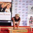 Emma Thompson immortalisant ses empreintes devant le Chinese Theater à Los Angeles le 7 novembre 2013, dans le cadre de l'AFI Festival et la présentation du film A l'ombre de Mary