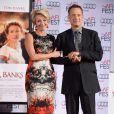 Tom Hanks accompagne Emma Thompson, immortalisant ses empreintes devant le Chinese Theater à Los Angeles le 7 novembre 2013, dans le cadre de l'AFI Festival et la présentation du film A l'ombre de Mary