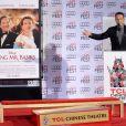 Tom Hanks fait un discours alors qu'Emma Thompson immortalise ses empreintes devant le Chinese Theater à Los Angeles le 7 novembre 2013, dans le cadre de l'AFI Festival et la présentation du film A l'ombre de Mary
