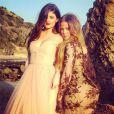 Kylie Jenner et Khloé Kardashian, sublimes lors d'un shooting photo sur une plage.