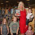 """Tori Spelling, accompagnée de son mari Dean McDermott, et de leurs enfants Stella McDermott, Liam McDermott, Hattie McDermott, Finn McDermott, fait la dédicace de son nouveau livre """"Spelling It Like It Is"""" à la librairie """"Barnes & Noble"""" à Hollywood, le 9 novembre 2013."""