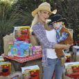 Tori Spelling avec son fils Finn à Underwood Farms. Los Angeles, le 8 novembre 2013.