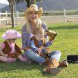 Tori Spelling fête le premier anniversaire de son fils Finn et les deux ans de sa fille Hattie à Underwood Farms, Los Angeles, le 3 novembre 2013.