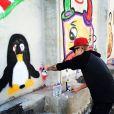 Justin Bieber fait des graffitis sur un mur de Rio de Janeiro au Brésil, novembre 2013.