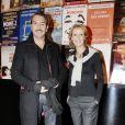 Alexandra Lamy et Jean Dujardin lors de la présentation de leur pièce Deux sur la balançoire à Paris le 5 janvier 2006