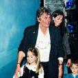 Alain Delon, son ex-femme Rosalie, et leurs deux enfants dont Alain-Fabien, au théâtre Marigny à Paris le 9 novembre 1996.