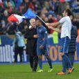 Didier Deschamps et Patrice Evra après la victoire de l'équipe de France sur l'Ukraine (3-0) qui lui offre la qualification au mondial 2014 au Brésil, le 19 novembre 2013 au Stade de France à Saint-Denis