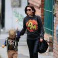 Dannii Minogue et son fils Ethan dans les rues Melbourne, le 16 novembre 2013.