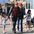 Johnny Hallyday, sa femme Laeticia et leurs filles Jade et Joy sur la plage a Malibu, le 9 novembre 2013.