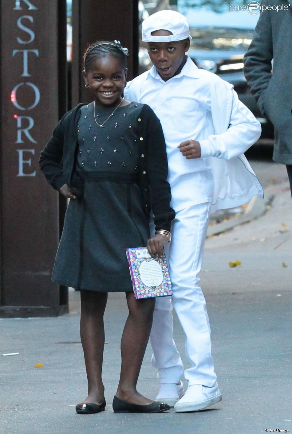 Les enfants de Madonna, Mercy James et David Banda posent pour les photographes à la sortie du centre de Kabbale à New York, le 23 novembre 2013.