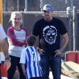 Britney Spears et son boyfriend David Lucado regardent les enfants de la chanteuse jouer au foot. Los Angeles, le 9 novembre 2013.