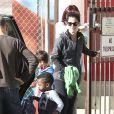 Sandra Bullock sort de l'école avec son adorable fils Louis Bardo à Studio City, Los Angeles, le 26 novembre 2013.