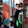 Sandra Bullock sort de l'école avec son fils Louis Bardo à Studio City, Los Angeles, le 26 novembre 2013.