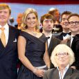 Le roi Willem-Alexander des Pays-Bas et la reine Maxima ovationnés, sur scène au concert marquant le lancement des célébrations des 200 ans du royaume des Pays-Bas, le 30 novembre 2013 au Théâtre Circus de Scheveningen (banlieue de La Haye).