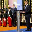 Le roi Willem-Alexander des Pays-Bas recevant le 29 novembre 2013 les premiers exemplaires de biographies de Willem I, Willem II et Willem III, à la veille du début des célébrations du bicentenaire du royaume.