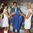Johnny Knoxville tient le maillot de l'équipe de France de football relooké avec le titre du film, lors de la première du film Bad Grandpa au cinéma Gaumont Capucines à Paris, le 3 décembre 2013.