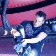 """Norbert Tarayre chute en direct dans """"Ice Show"""" (M6), mardi 4 décembre 2013. Le candidat s'est fait mal à la cheville."""
