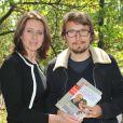 """Lorànt Deutsch et Valérie Fignon lors de l'inauguration de la plaque Laurent Fignon """"Sentier Laurent Fignon"""" dans le bois de Vincennes le 5 juin 2013"""
