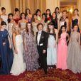 Stéphane Bern entouré, le 30 novembre 2013 à l'Automobile Club de France à Paris, des vingt héroïnes du Bal des Débutantes, habillées par des maisons de couture différentes et parées de bijoux de la Maison Bucherer.