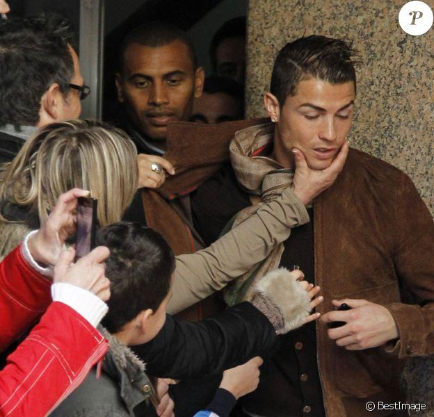 """Cristiano Ronaldo """"agressé"""" lors de la présentation de sa statue de cire à Madrid le 7 décembre 2013"""
