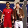 Cristiano Ronaldo ravi du résultat donné à sa sculpture de cire à Madrid le 7 décembre 2013