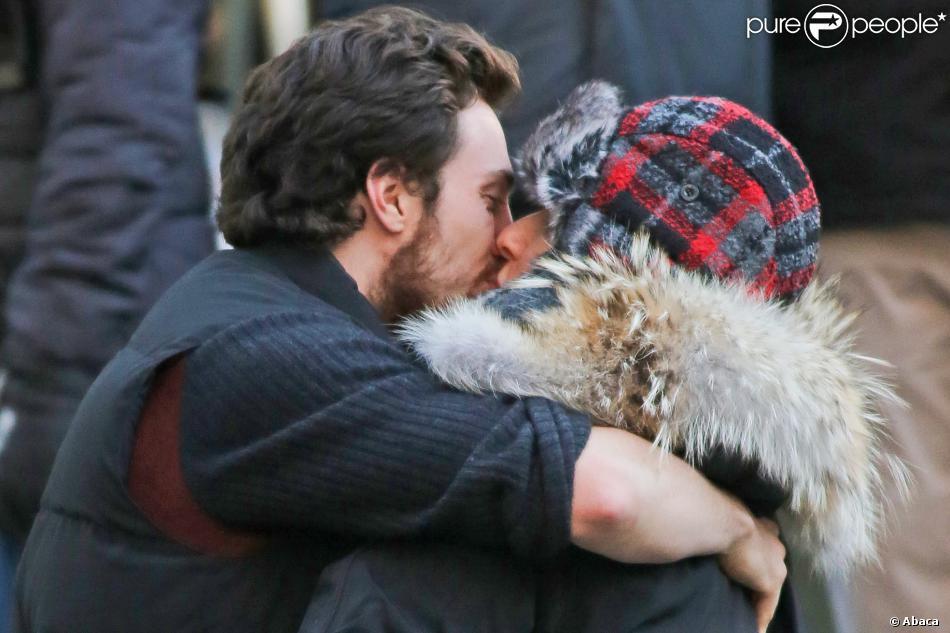 La réalisatrice Sam Taylor-Johnson embrasse son mari Aaron Taylor-Johnson sur le tournage de Fifty Shades of Grey à Vancouver, le 8 décembre 2013.